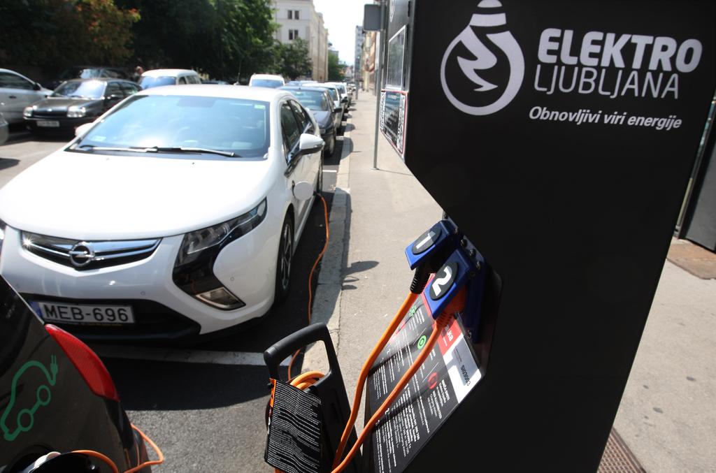 Slovenija, Ljubljana, 16.Avgust2012, Polnilna postaja za avtomobile na elektriko. Foto: Igor Zaplatil/Delo